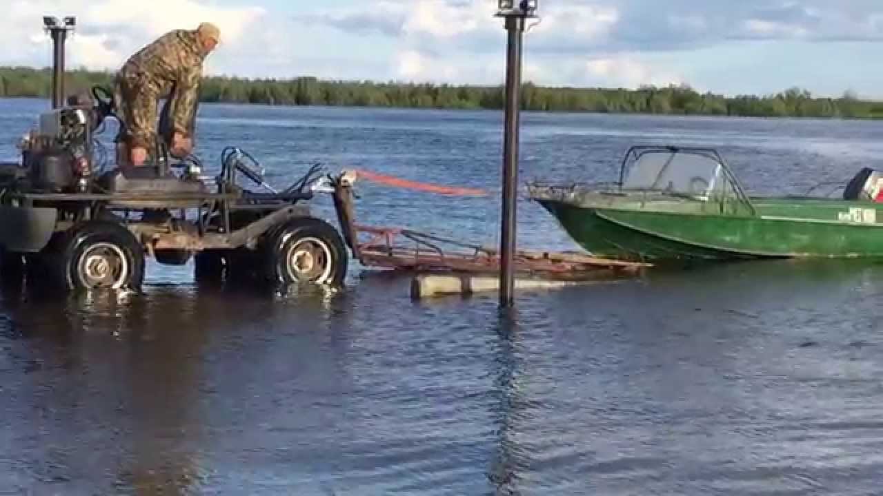 спуск лодок в воду от прицепа видео