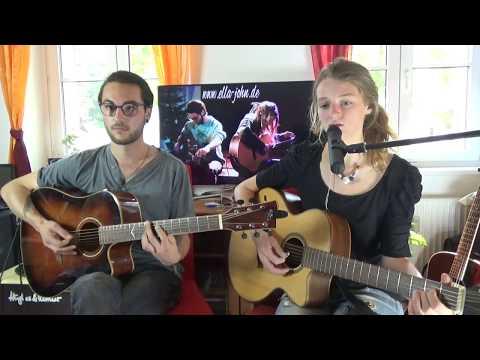 Ella John um Unplugged Wohnzimmer Konzert