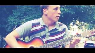 Талантливый парень играет на гитаре.
