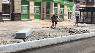 Новую плитку укладывают в Мариуполе