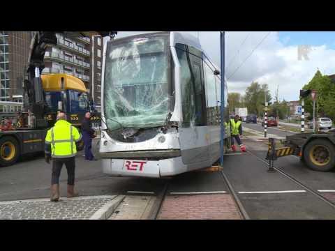 Tram ramt vrachtwagen in Schiedam