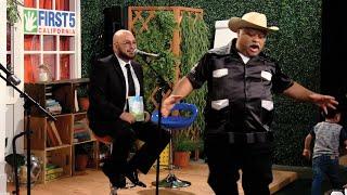 Don Cheto rapea junto con Pepe para los niños de la comunidad