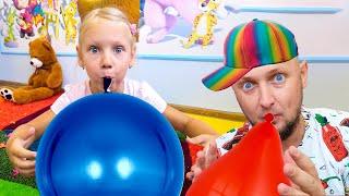 Ястася и папа играют с яркими цветами и лопают шарики