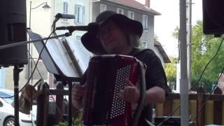 Mécanibourse auto à Beaurepaire 38270 .Yves Payet Maugeron à l'accordéon.