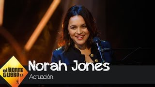 Norah Jones canta