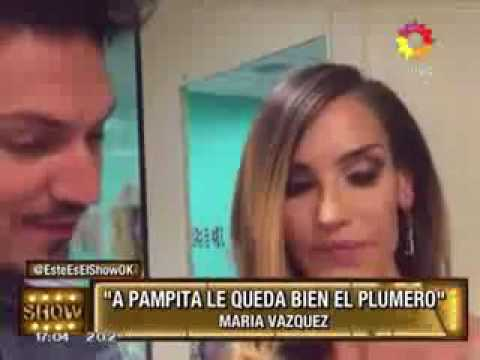 María Vázquez: Pampita pone una sonrisa y hasta el plumero le queda bien