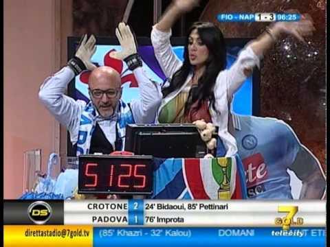 Marika Fruscio festeggia la vittoria del Napoli con la sua coppa speciale!