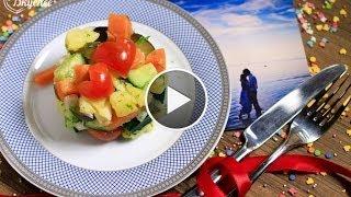 Теплый салат: картофель с молодыми овощами и огурчиками.