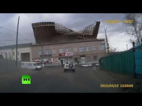 Ураганный ветер сорвал крышу здания в Чите