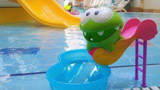 Om Nom gioca nella piscina per bambini- Video divertenti