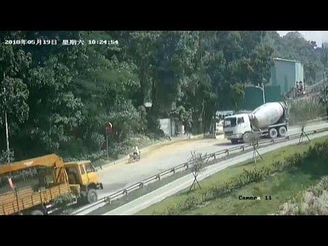 شاهد: خطاف رافعة يتسبب باصطدام شاحنتين ودهس دراج بالصين…  - نشر قبل 31 دقيقة