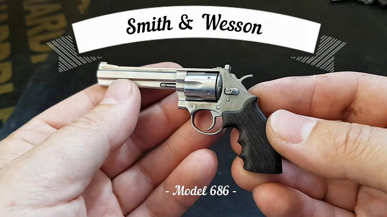 Miniature model Smith & Wesson 686