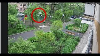 Во Владивостоке пожилой вредитель мстит владельцам машинкоторые по его мнению не там стоят.
