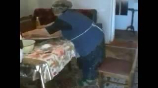 Yemek yaparken azeri müziğiyle oynayan teyze
