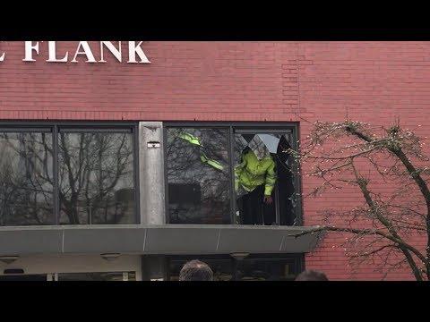 Man rijdt met scootmobiel door raam eerste etage verzorgingstehuis