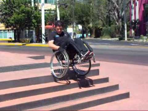 Bajar escaleras en silla de ruedas youtube for Sillas ascensores para escaleras precios