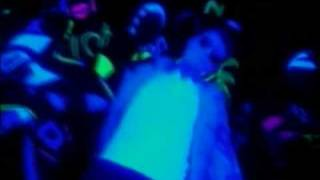 U2 - Tryin' to throw your arms around the world [Video]