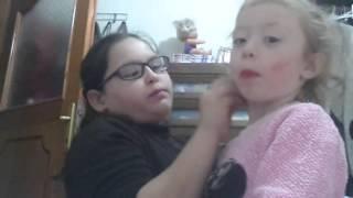 Kardeşime makyaj yapıyorum:)