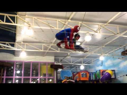 Homem-Aranha invade festa de aniversário - 05/06/2014