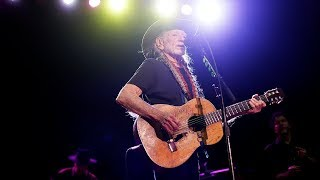 Ill Willie Nelson walks off stage before show starts