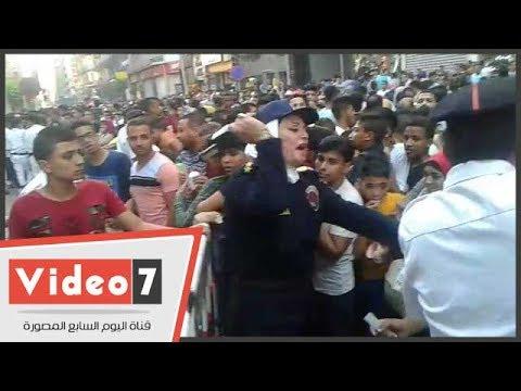 الشرطة النسائية تستخدم -الصاعق الكهربائى- للحد من التحرش أمام دور السينما