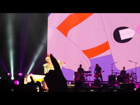 Miley Cyrus - MAYBE YOU'RE RIGHT - Bangerz Tour - Barcelona 2014