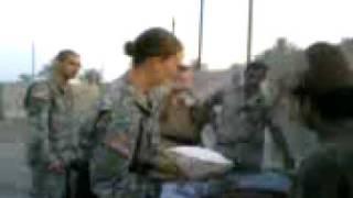 مجنده امريكيه تخبز في العراق_USA Girl soldier doing Iraqi Bread