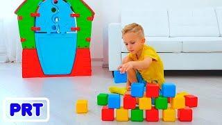 Nikita, Vlad e mamãe brincam com cubos coloridos