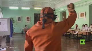 شاهد.. رجل يرتدي بدلة غوص وزعانف يدلي بصوته في الإنتخابات التشريعية في مقاطعة روسية