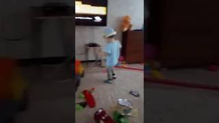 Смешное видео. Танцор малыш (1 год и 9 месяцев)) танец,дети
