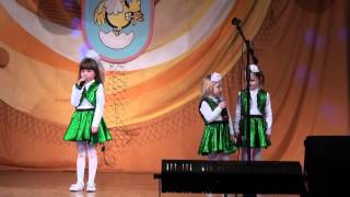 Забавные девчонки на конкурсе детской песни