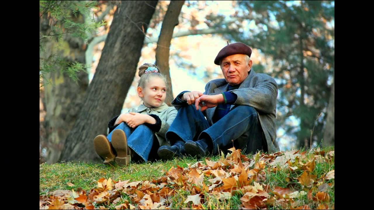 дедушка показывает внучку как целоваться с языком