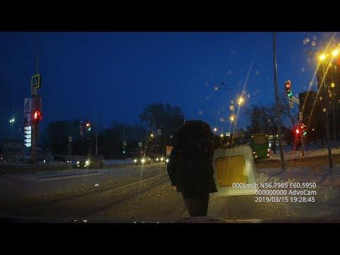 В Екатеринбурге дорожный знак свалился на дорогу