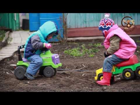 Дети катаются на машинке МанкиИгры#56