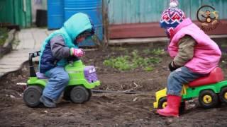 Дети катаются на машинке МанкиИгры#56(Детское видео о том как дети катаются на игрушечной машине джипе. Усевшись на машину толкач, мальчик отправ..., 2016-05-17T07:27:46.000Z)