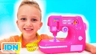 Vlad dan Mommy bermain dengan mesin Jahit Toy