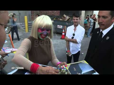 Sia greets fans at the Jimmy Kimmel Studio (GettyImages/Video)