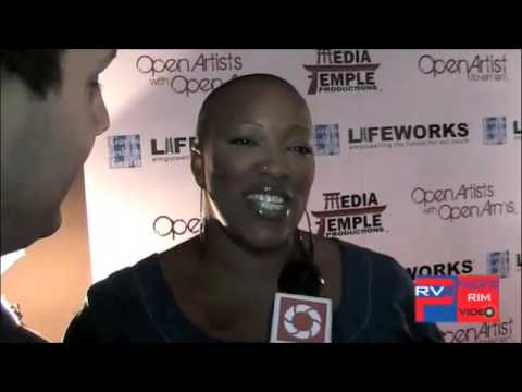 Frenchie Davis sings on the Pink Carpet