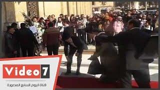 نقابة الصحفيين ترسل إكليل زهور لمسجد الحسين للعزاء فى هيكل