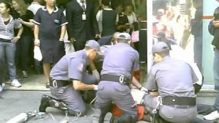 2010-10-08 12-56-52-Rescue of a fainted man at Faria Lima Av.São Paulo by firemen-2.AVI