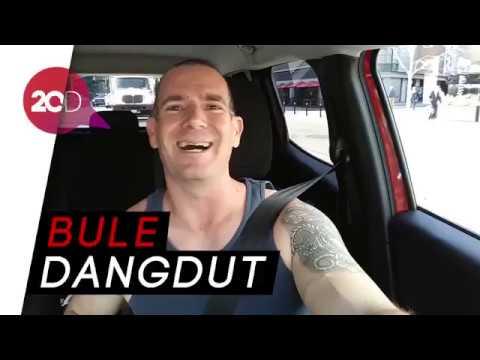 Lihat Aksi Pria Bule Nyanyi Lagu 'Jaran Goyang' hingga 'Di Radio'