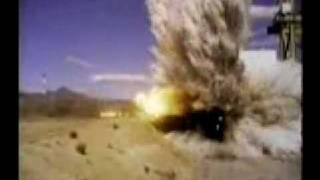 Estrellan un avión F4 contra una pared (cámara lenta)