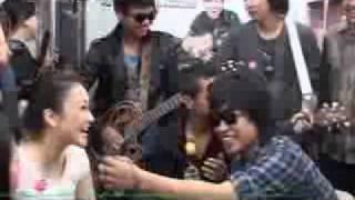 Band Armada Manggung di KRL Jakarta Bogor - CumiCumi.com