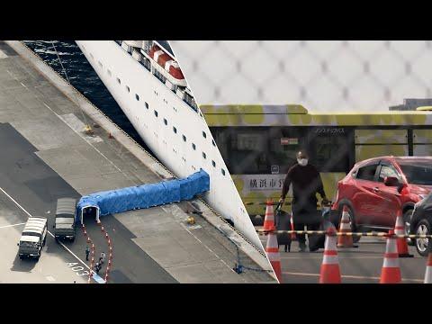 Пассажиры Diamond Princess покидают корабль после двухнедельного карантина из-за короновируса