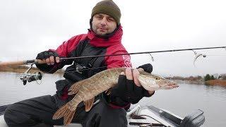 Три дня на рыбалке. Поиск и ловля щуки на реке. Ловля щуки на cпиннинг поздней осенью.