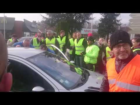 La police avec les gilets jaunes [tentative forçage barrage]