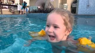Катя сама плавает ( с надувными нарукавниками)
