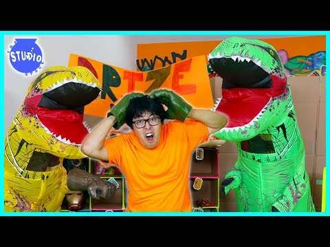 Giant Dinosaurs T-Rex Scare Ryans Daddy at Chuck E Cheese Box Fort!!