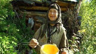 Агафья Лыкова передает подарок для дочери, из бересты. Гришаков Андрей на Еринате.