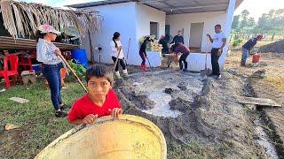 El Hijo de Doña Rebeca Triste porque los Dejaron Solos, Fundiendo el Piso de Su Casa
